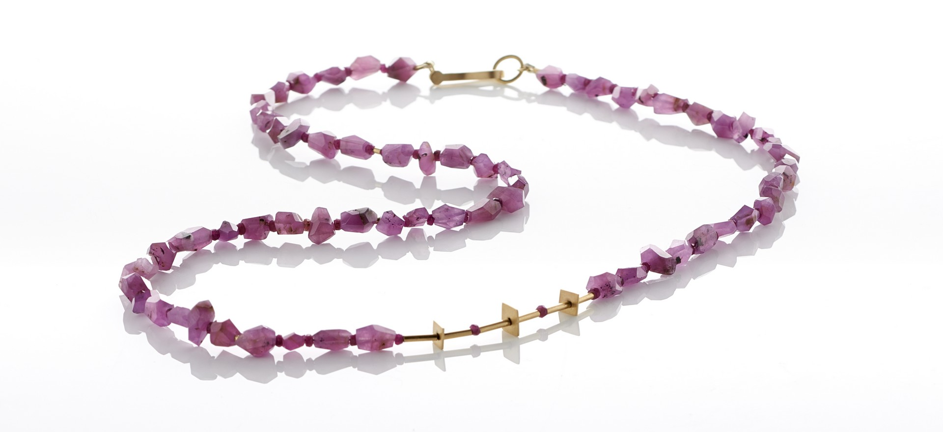 Ruby corundum necklace with 18ct gold features